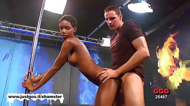 A szex nőt egy fekete férfi szar a seggébe, érett sex videok míg dollold nyalogatja a csiklóját.
