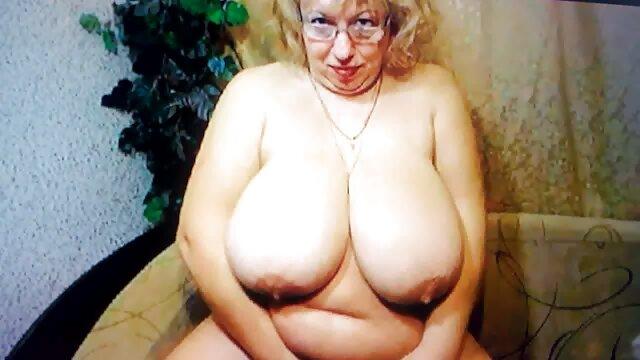 Nővér dugta érett amatőr szex magát egy dildo előtt testvér rejtett kamera.