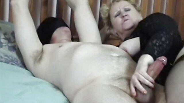Telhetetlen tinédzser erekcióját kielégítette. idős érett szex