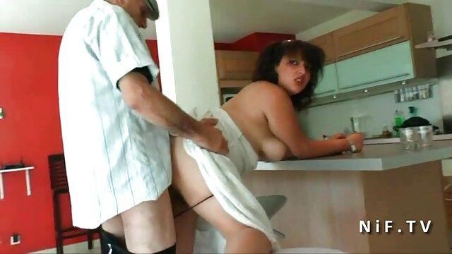 Fiam forgatták érett nők szex a kukkoló, míg anya rábaszik a szőrös punci