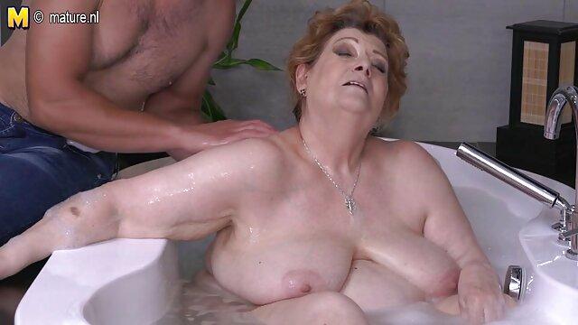 A Koedukált lelkesen szopja a kolléga érett nők szex videók farkát a webkamera előtt.