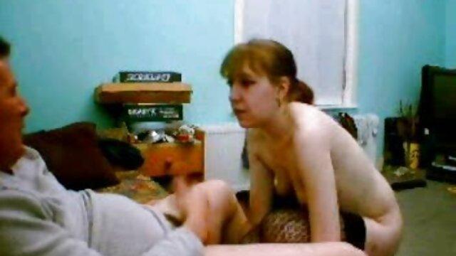 Verés ülés a érett nők szexelnek nappaliban