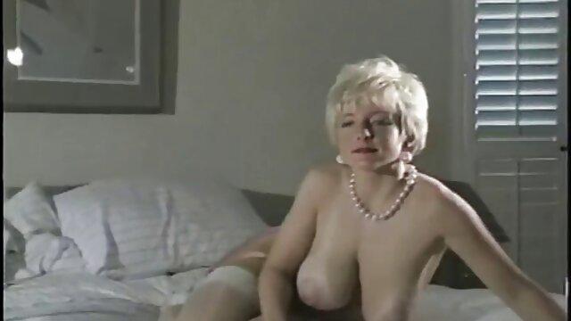Egy eret nok sex német színésznő szar egy srác farkát a padlón.