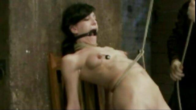 A Szex Felesége érett asszonyok szex Circessiana szar a Canzana, míg a férje maszturbál a szájában.